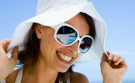 a60bfd02c76d2 Usar óculos de sol na sombra    Lentes e Óculos Viallure