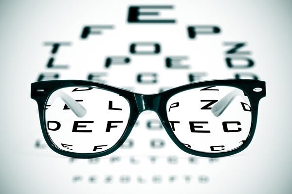 2151ddb94 Os óculos e lentes bifocais trabalham com dois campos de visão distintos:  um para perto e outro para longe.