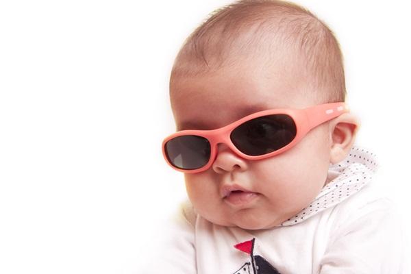 bebê com óculos de sol