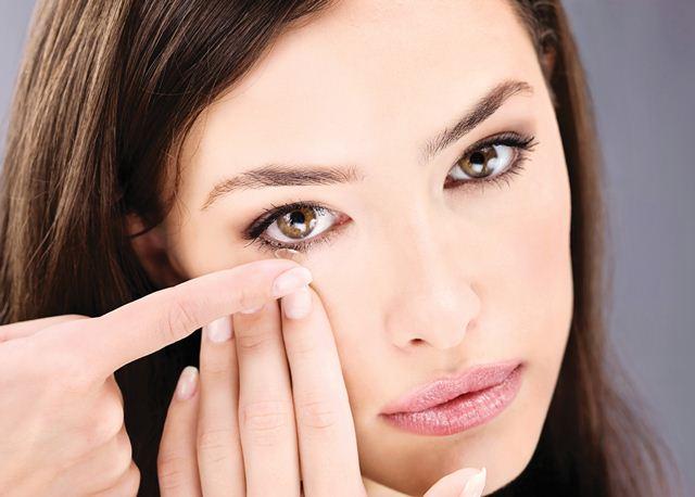 Aprenda como colocar corretamente suas lentes de contato   Lentes e ... 24db38356e