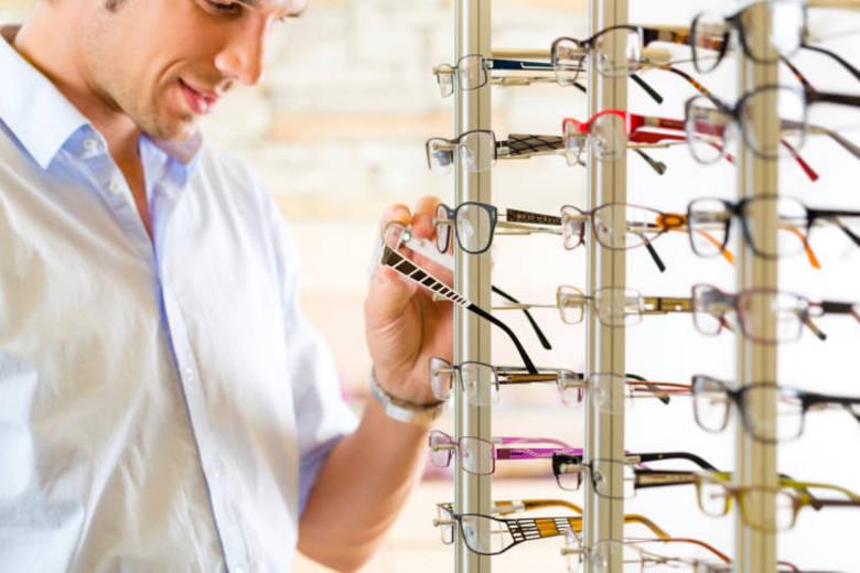 47d13c120 A oferta dos óculos de farmácia é cada vez maior. Apesar dos preços  atrativos, essa opção pode colocar em risco a saúde dos seus olhos.